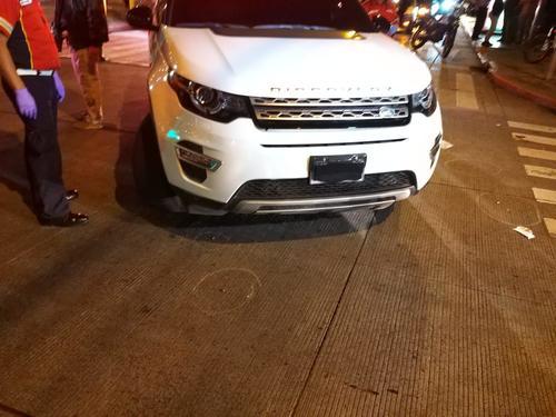 El vehículo tiene las placas cubiertas.