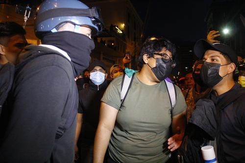 El joven de la izquierda, señaló a los de la derecha (la mujer y un hombre que usa mascarilla negra) de ser infiltrados y de incitar la violencia. Ellos señalan que responden a la agresión de la PNC de una semana anterior. (Foto: Alexis Batres/Soy502)