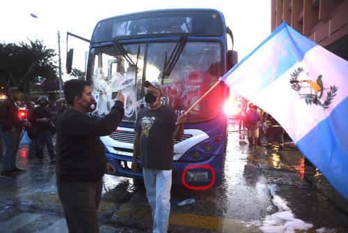 En esta fotografía se lee que el bus posee otro número de placa y no coincide con el que llevaban los estudiantes de la AEU. (Foto: Wilder López/Soy502)