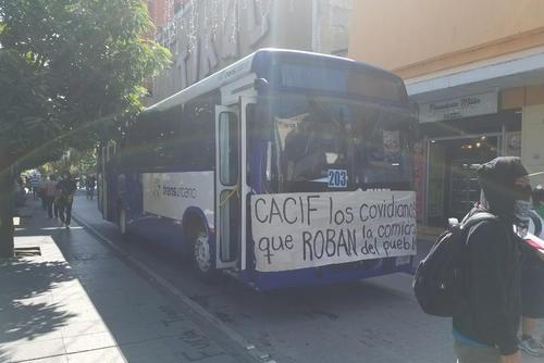 El bus de Transurbano en el que llegó la AEU transitó por la sexta avenida de la zona 1. (Foto: Jessica Gramajo/Soy502)