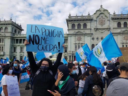 La Policía no me cuida, es el mensaje en la Plaza. (Foto: Alexis Batres/Soy502)
