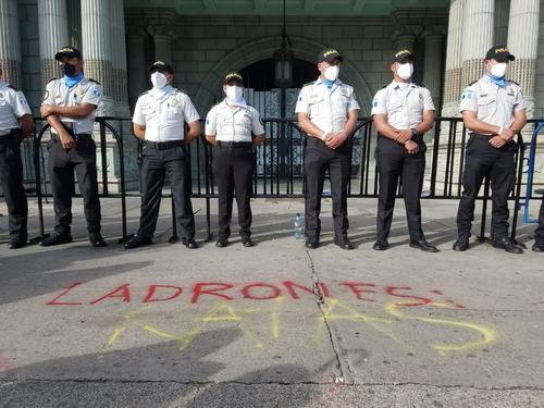 Mensajes cerca del Palacio Nacional de la Cultura. (Foto: Alexis Batres/Soy502)