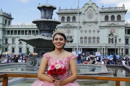 Sofía aprovechó para tomarse fotos en la Plaza de la Constitución, donde este sábado se efectúa una manifestación. (Foto: Alexis Batres/Soy502)