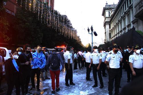 Los agentes que se encontraban a un costado de la Palacio Nacional. (Foto: Alexis Batres/Soy502)