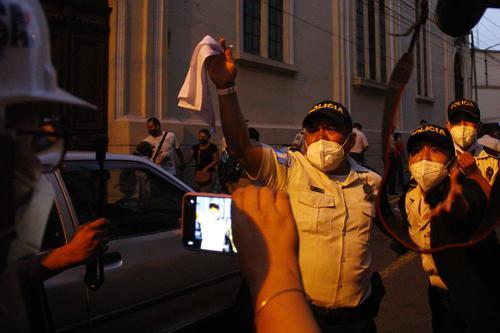 Los agentes de la PNC levantaron una bandera para evitar ser agredidos. (Foto: Alexis Batres/Soy502)