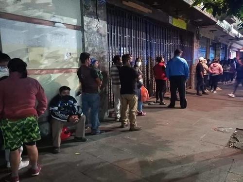 En el Paseo de la Sexta de la zona 1 capitalina se reportaron largas filas de personas. (Foto: captura Twitter)