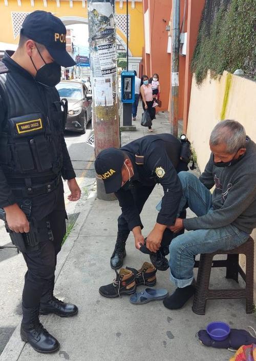 El adolto mayor recibió un par de zapatos además de comida y apoyo económico. (Foto: PNC Guatemala