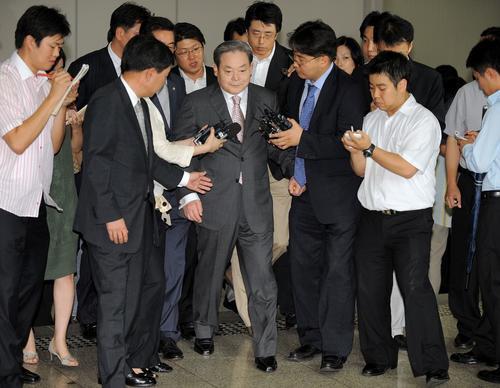 Lee Kun-hee es abordado por periodistas durante una de sus audiencias con la justicia