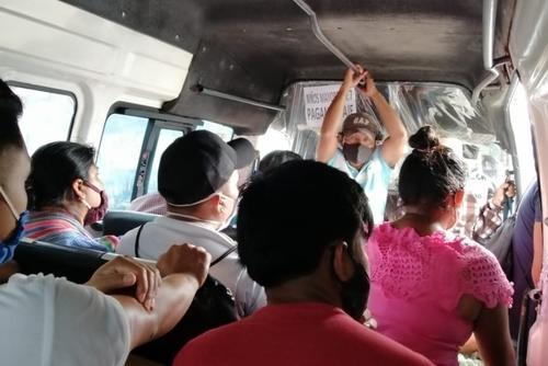Pasajeros con mascarilla, pero sin distanciamiento social en un bus que circula interdepartamentalmente. (Foto: Simón Antonio Ramón)