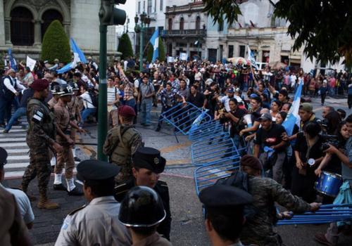 Decenas de personas salieron a las calles a manifestar el 14 de septiembre y lograron derribar el cerco de seguridad. (Foto: Archivo/Soy502)