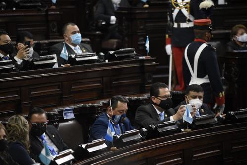 Los diputados Duay Martínez y Cándido Leal graban el discurso de Giammattei. (Foto: Wilder López/Soy502)