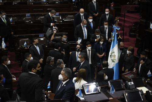 Diputados se toman fotografías con el pabellón de Guatemala. (Foto: Wilder López/Soy502)