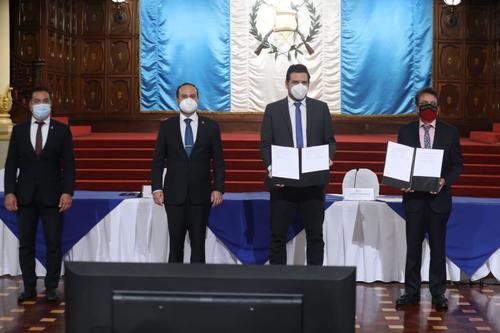 Autoridades de Guatemala y de la Embajada de EE.UU. en el país, firmaron un acuerdo para ampliar el programa de visas temporales. (Foto: Presidencia)