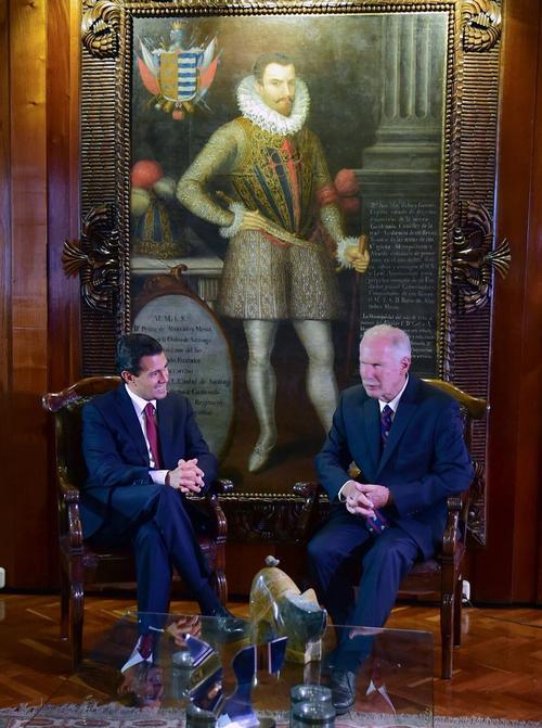 El cuadro de Pedro de Alvarado luce de fondo durante el encuentro que sostuvieron en 2017 los entonces alcalde Álvaro Arzú y presidente de México, Enrique Peña Nieto.