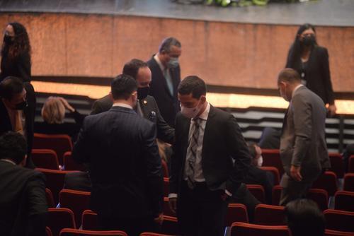 Miguel Martínez conversa con algunos ministros en la Gran Sala Efraín Recinos, antes de la ceremonia de toma de posesión de los magistrados de la CC. (Foto: Wilder López/Soy502)