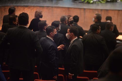 Miguel Martínez conversa con el ministro de Gobernación, Gendri Reyes. (Foto: Wilder López/Soy502)
