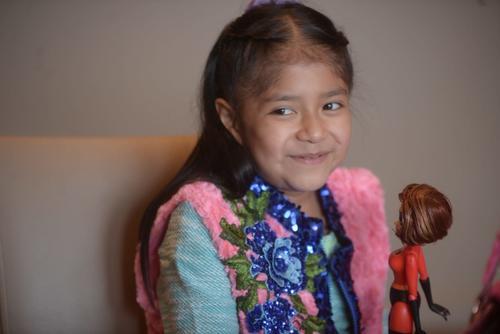 Carolina recibió su chaleco de peluche. (Foto: Wilder López/Soy502)