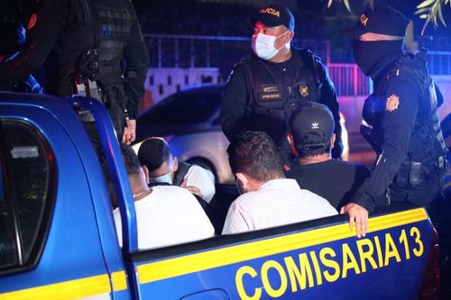 La policía los trasladó a tribunales. (Foto: PNC)