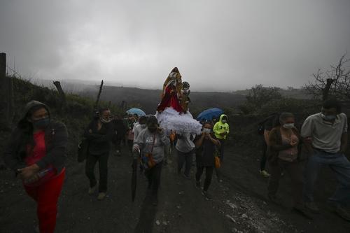 A través de un camino cubierto por la arena, los creyentes se dirigen al pie del volcán Pacaya. (Foto: Johan Ordóñez/AFP)