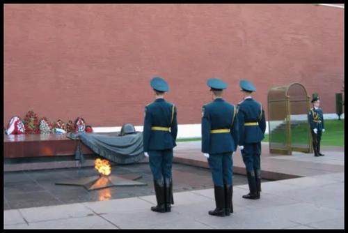 En la Tumba del Soldado Caído se colocan arreglos florales. (Foto: minube.com)