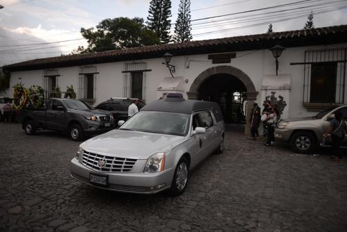 Personas se acercaron a darle el último adiós en las afueras de la vela. (Foto: Wilder López/Soy502)