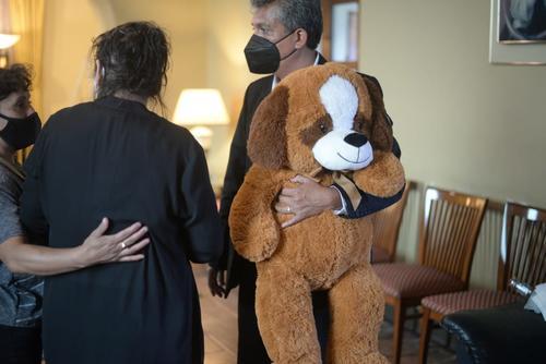 El oso de peluche de Vivian adornó la capilla. (Foto: Wilder López/Soy502)