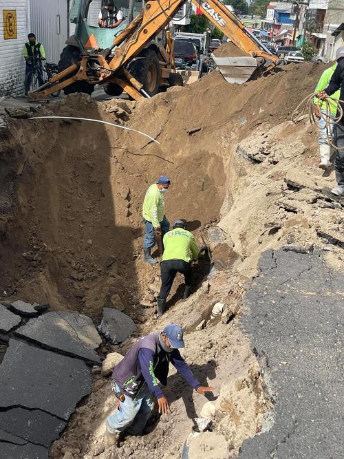 Personal municipal trabaja en el agujero que se generó este fin de semana.
