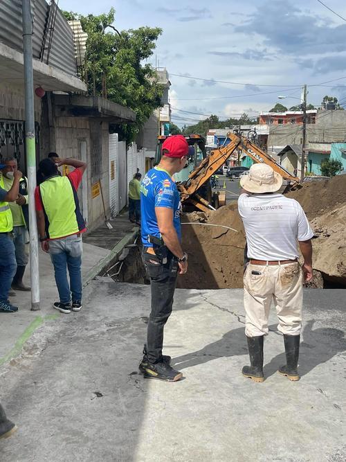 El alcalde municipal de Mixco verificó los daños en el área.