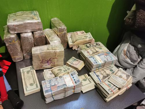 Los fajos de dólares y quetzales localizados en inmuebles donde se encontraban los hombres capturados con fines de extradición a EEUU. (Foto: PNC)