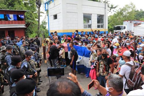 En octubre pasado, la Caravana del Migrante se encontró con una barricada de soldados que impedían su paso hacia Petén. (Foto: Archivo/Soy502)