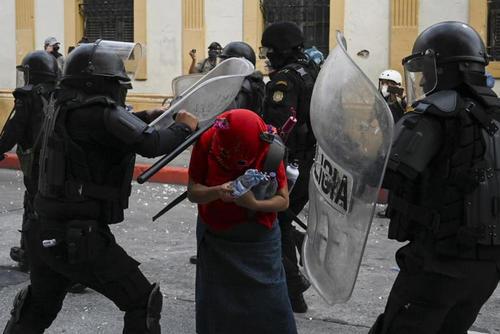 Durante las manifestaciones del 21 de noviembre pasado contra Giammattei, varias personas fueron agredidas por agentes de la PNC. (Foto: Archivo/Soy502)
