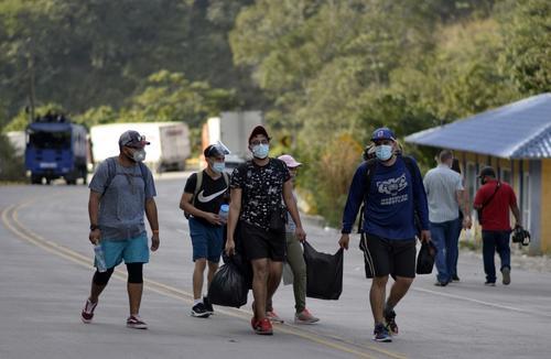 Se considera que cuatro mil personas participan en la caravana de migrantes hondureños. (Foto: AFP)