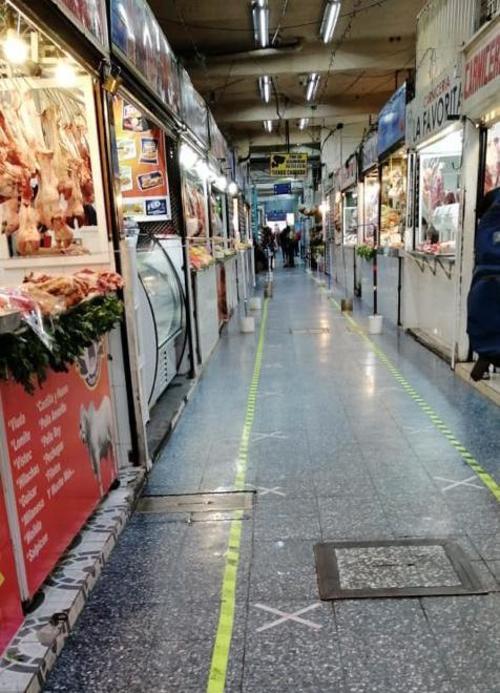 Las autoridades municipales recomiendan a los compradores seguir todas las indicaciones de distanciamiento e higiene.