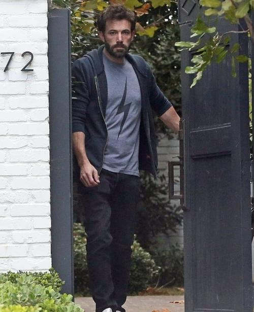 Ben Affleck captado el 19 de junio recibiendo alimentos. (Foto: Twitter best of Ben Affleck)