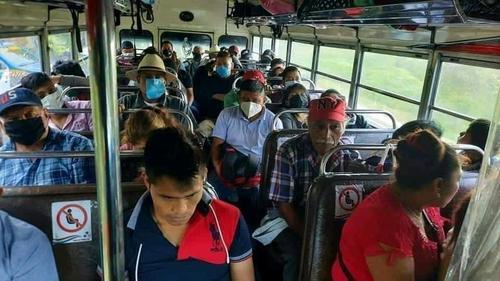 El bus iba sobrecargado y algunas personas no portaban mascarillas. (Foto: Stereo 100)