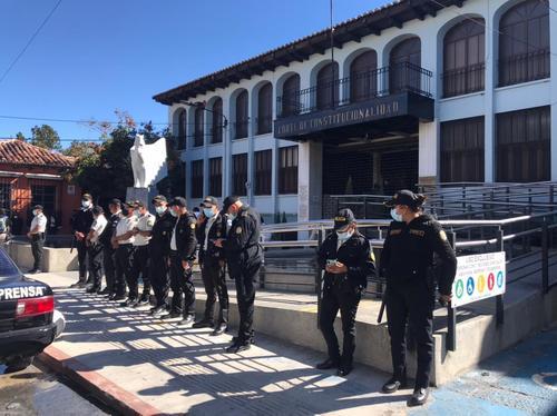 Agentes de la PNC realizan una vaya en las afueras de la CC. (Foto: Cortesía José Castro)
