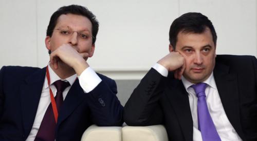 Kyrill Shamalov, a la izquierda, ex yerno de Putin, ha sido acusado de comprar a precio de ganga las acciones de una empresa petroquímica, gracias, en parte, a dinero facilitado a través de Gazprombank, donde su hermano integra la Junta Directiva. (Foto: Moscow Times)