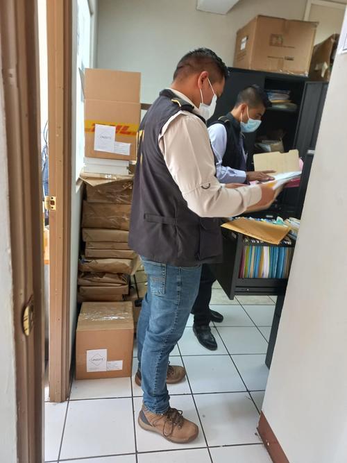 Personal de investigación de la PNC realiza el allanamiento. (Foto: MP)