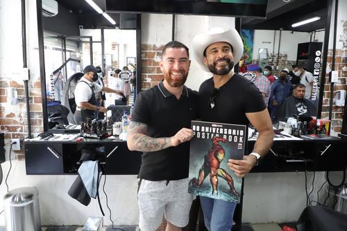 El jugador de fútbol, Jean Márquez y el alcalde Neto Bran posaron juntos tras la inauguración de la barbería. (Foto: Facebook)