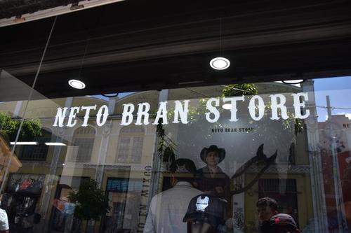 Según Bran, eligió ese lugar para la barbería porque es un barrio conocido para él. (Foto: Fredy Hernández/Soy502)
