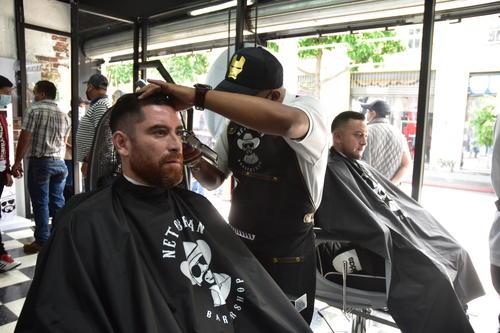 Debes consultar por espacio para ser atendido en la barbería de Neto Bran. (Foto: Fredy Hernández/Soy502)