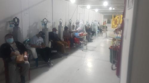 Los pacientes con Covid-19 del Parque de la Industria no cuentan con el encamamiento adecuado para recibir su tratamiento. (Foto: Cortesía)
