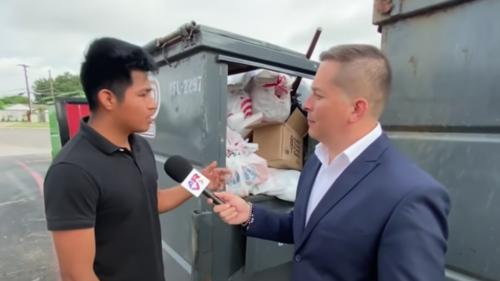 El guatemalteco tomaba sobras que encontraba en la basura. (Foto: Telemundo)