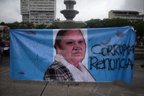 Al finalizar la jornada de protestas, la manta no fue destruida pero sí fue modificada por los manifestantes. (Foto: Wilder López/Soy502)