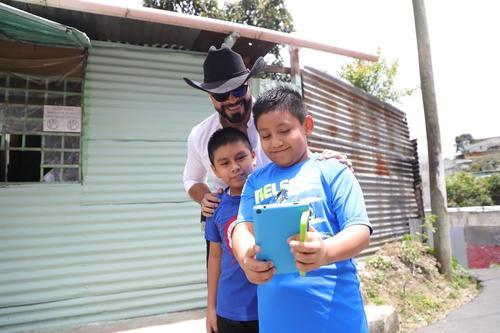 Neto Bran ha logrado que no lo señale la Contraloría General de Cuentas  porque regala útiles escolares y tablets a niños. (Foto: Neto Bran)