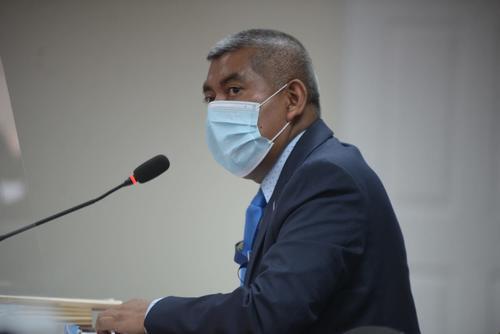 El fiscal Rafael Curruchiche presenta los cargos contra los cinco implicados en el caso Política y Falsedad. (Foto: Wilder López/Soy502)