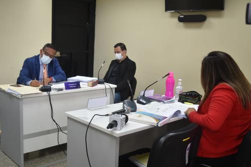 Marco Pappa junto a su abogado Alejandro Arriaza en la audiencia de primera declaración. (Foto: cortesía)