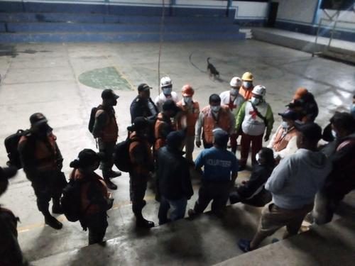 El equipo de rescatistas de diversas entidades afinando los detalles para la evacuación. (Foto: Cruz Roja)