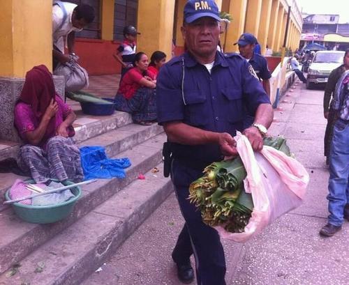 La fotografía habría sido captada hace 3 años frente al graderío de la Municipalidad de Tactic. (Foto: Facebook)