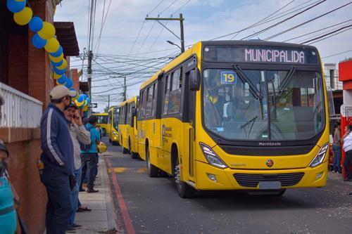 Algunos vecinos salieron para observar la llegada de los buses. (Foto: Muni Santa Catarina Pinula)